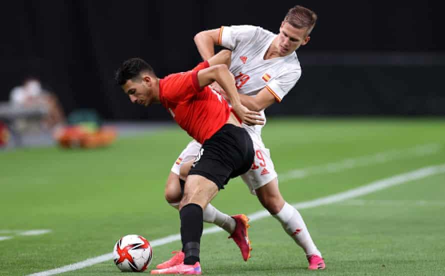 Dani Olmo, otro de la escuadra de España Euro 2020 que juega en los Juegos Olímpicos, pelea con Ahmed Fotouh.