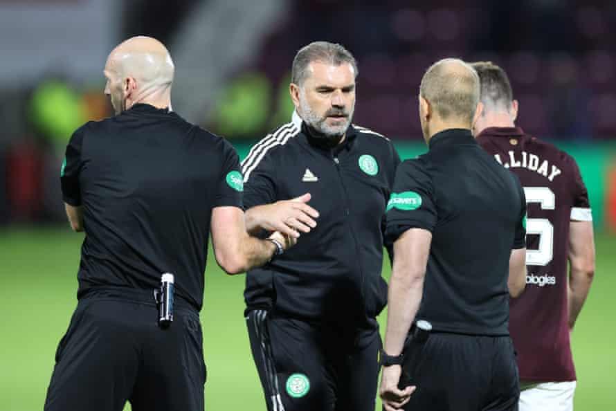Ange Postecoglou estrecha la mano de los oficiales tras la derrota del Celtic en Tynecastle.