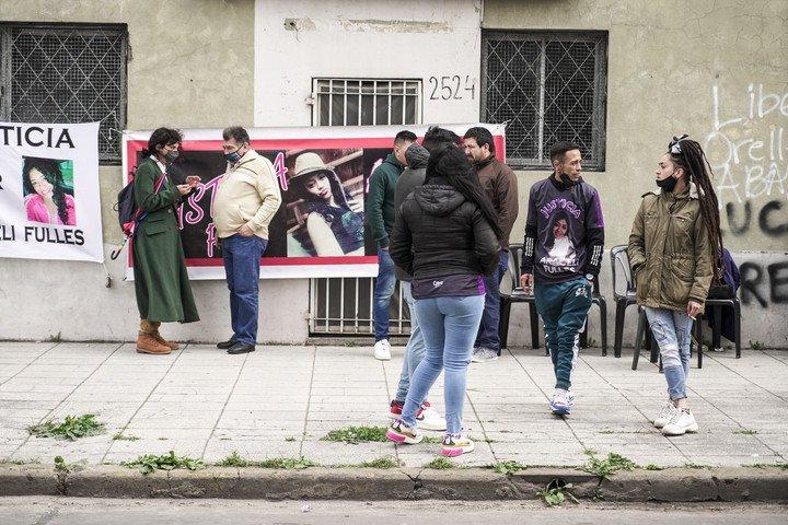 Familiares y amigos de Araceli Fulles frente al juzgado de San Martín al inicio del juicio oral por el feminicidio de la niña.  Foto Maxi Failla