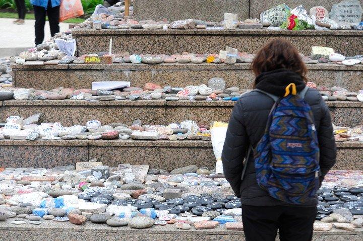 Las piedras pintadas en honor a las víctimas del coronavirus y colocadas en la Plaza de Mayo.  Foto Luciano Thieberger