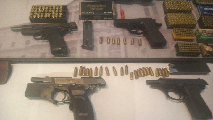 Armas y municiones incautadas durante las redadas.