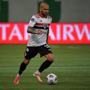 ¿Dani Alves se queda en Brasil?