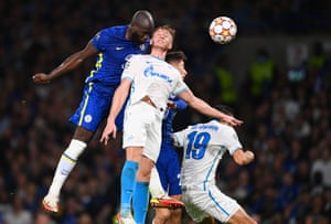 Romelu Lukaku de Chelsea vence a Dmitri Chistyakov de Zenit St. Petersburg para anotar el primer gol de los Blues.