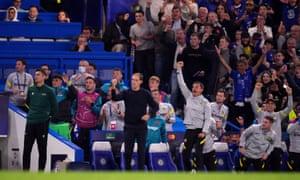 El técnico del Chelsea, Thomas Tuchel, los suplentes, el personal y los aficionados celebran después de que Romelu Lukaku abrió el marcador.