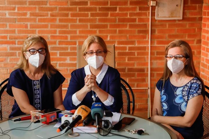 Silvana Denis (i), Beatriz Denis (c) y Lorena Denis (r), hijas del exvicepresidente paraguayo secuestrado Oscar Denis, el año pasado.  Foto EFE