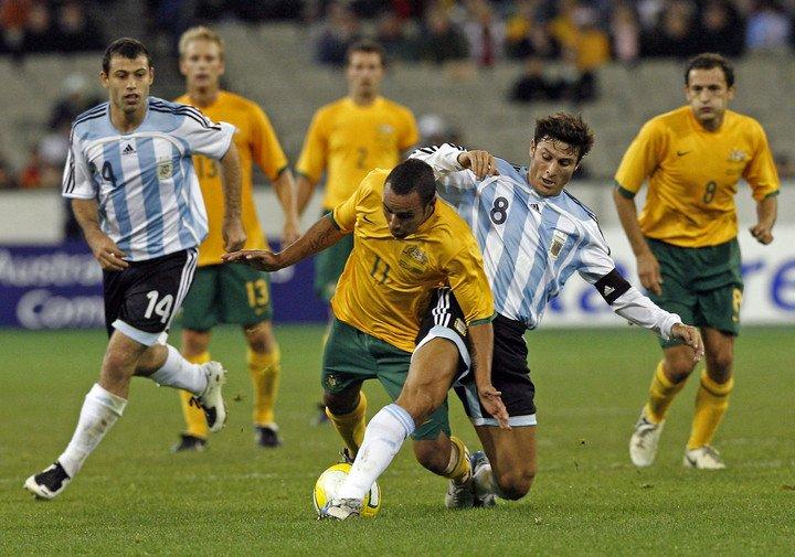 Archie Tohmpson en acción contra Javier Zanetti, de Argentina, en Melbourne en 2007. (AFP)