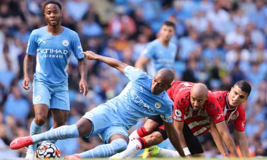 Fernandinho se va al suelo ante el Southampton