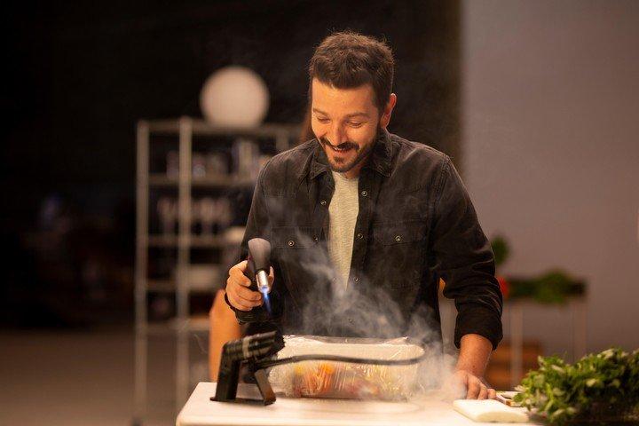 En algunos episodios, el actor y director se une como cocinero.  Foto: Amazon Prime Video
