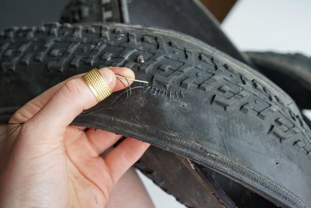 Cómo reparar un neumático de bicicleta sin cámara pinchado
