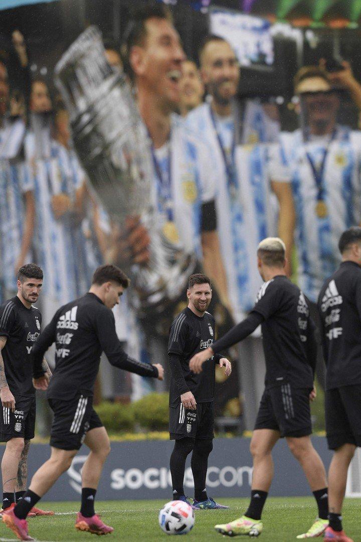 Messi, con su mural de fondo.  (Foto de JUAN MABROMATA / AFP)