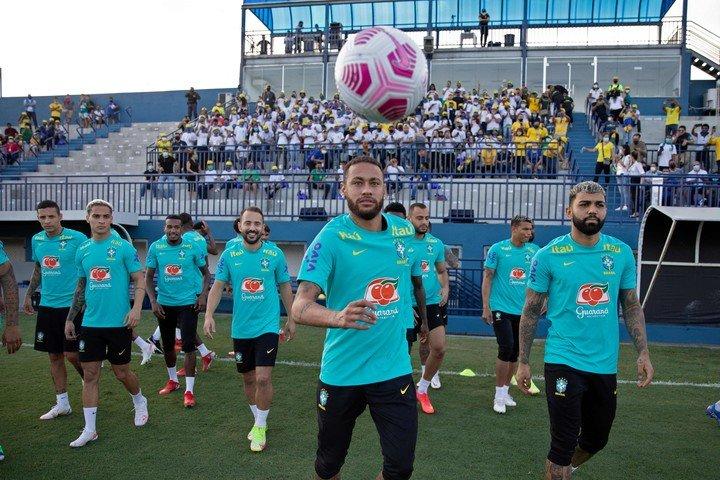 Neymar, listo para recibir a Uruguay (afp).