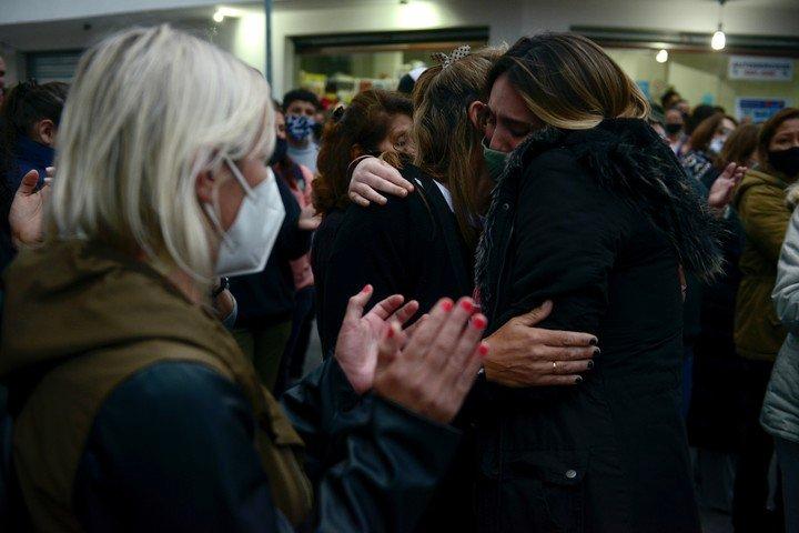 Las lágrimas y los abrazos de los vecinos que marcharon para exigir justicia para Lucas.  Foto Andrés D'Elia