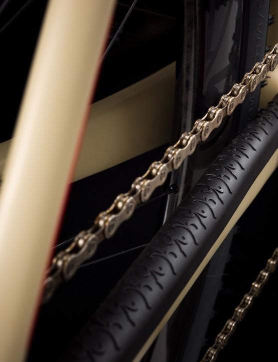 Foto de cerca del protector de tirantes de cadena en la Wilier Rave SLR con el logotipo de Wilier como patrón