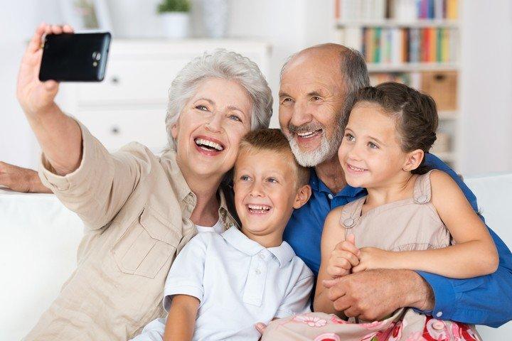 La (sobre) exposición de sus hijos en las redes sociales por parte de familiares, amigos u otras personas cercanas es un tema de debate.  Foto: Shutterstock.