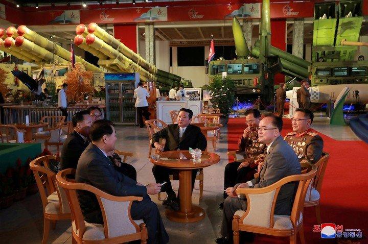 Kim Jong Un, en una exhibición de desarrollo de Defensa en Pyongyang.  Foto: Reuters