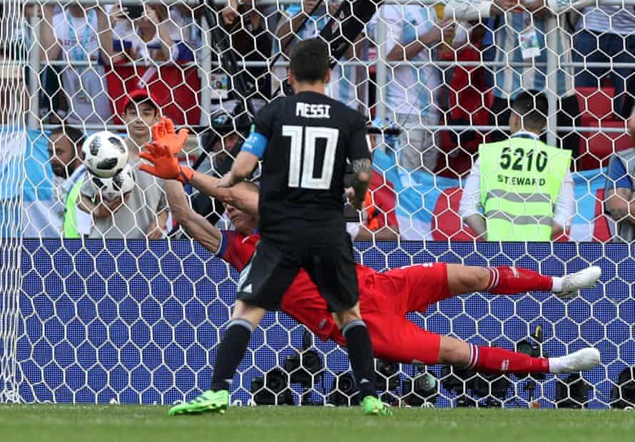 Halldorsson salva un penalti de Lionel Messi en el Mundial de 2018.